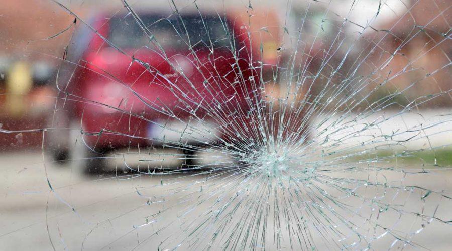 фото ДТП с камнем из-под колес