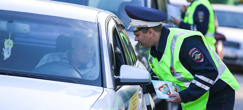 фото инспектора проверяющего документы