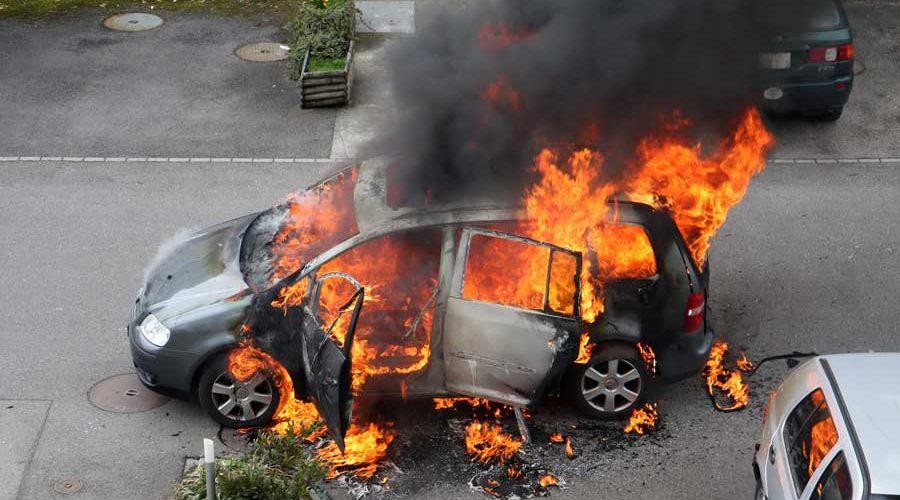 фото сгоревшей машины во дворе