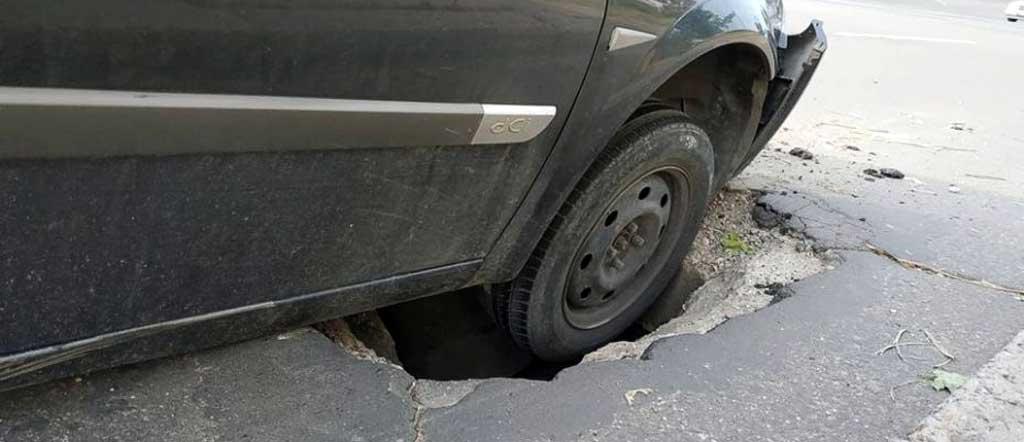 фото поврежденной машины из-за ненадлежащего качества дорожного покрытия