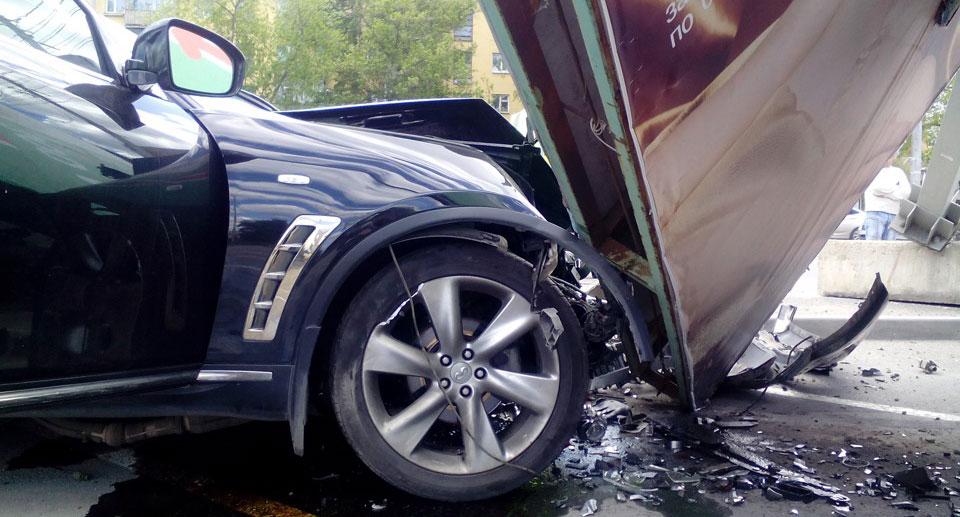 фото рекламного щита который повредил автомобиль