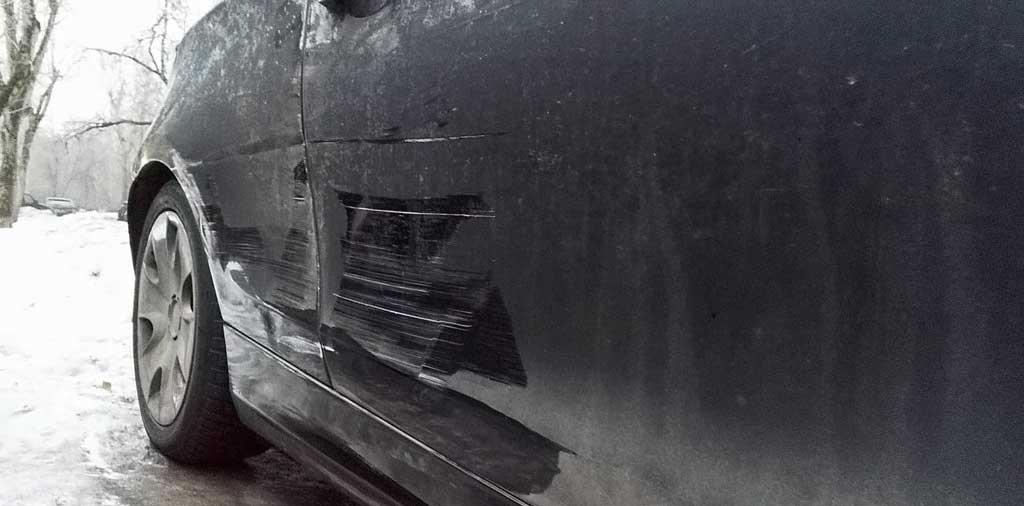 фото поврежденного соседом во дворе автомобиля