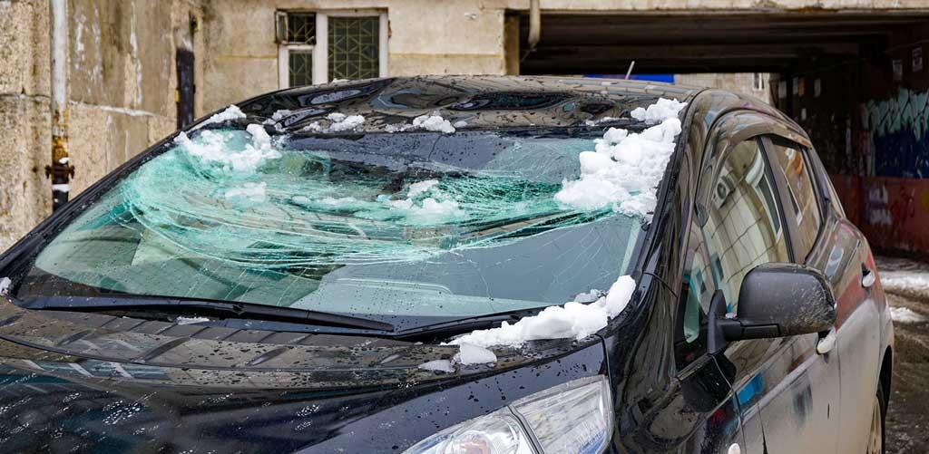 фото поврежденного во дворе автомобиля