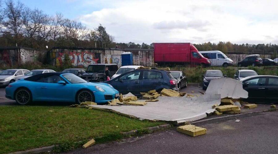 фото поврежденного на парковке бизнес-центра автомобиля