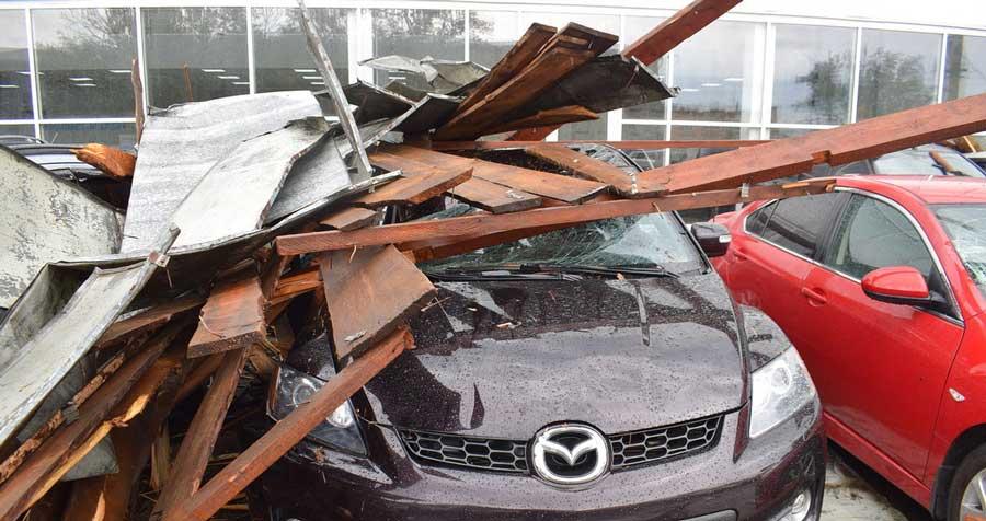 фото упавшего на машину шифера