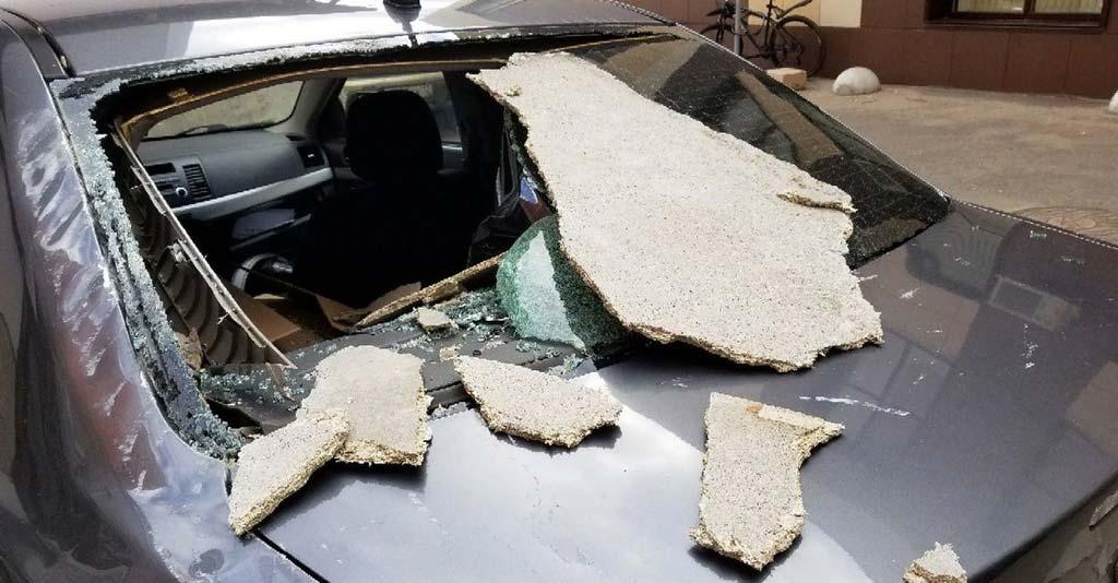 фото поврежденной на придомовой территории машины
