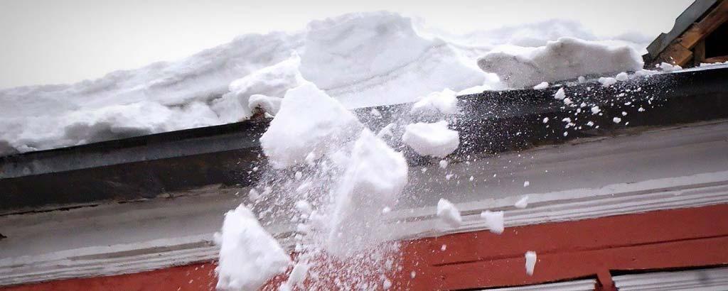 фото падающей с крыши наледи