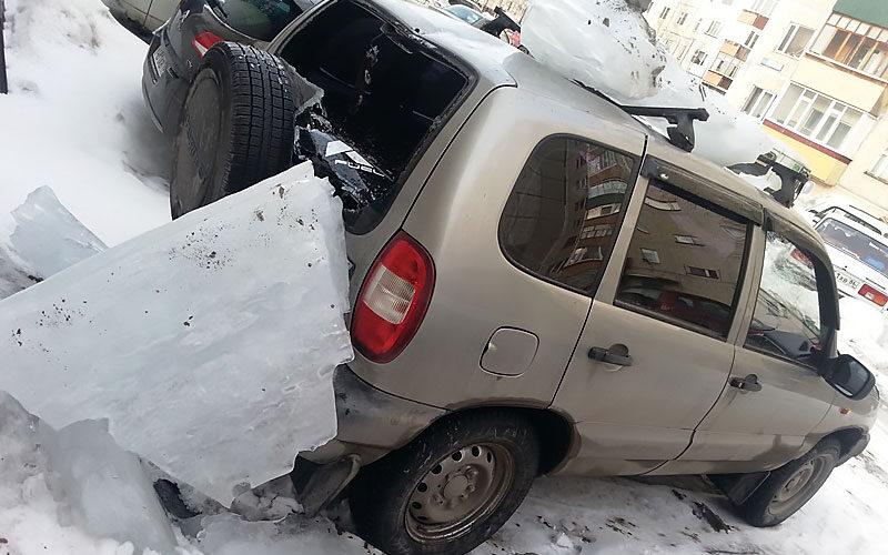фото машины поврежденной наледью с крыши