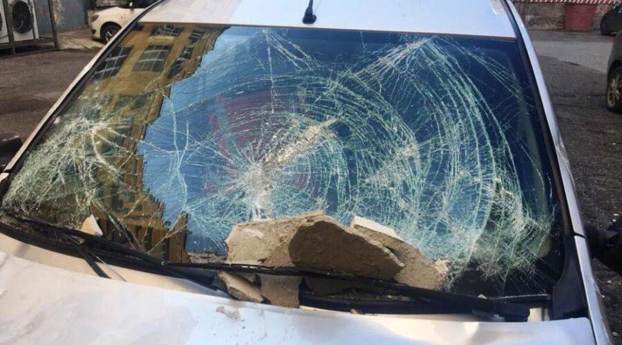фото поврежденного у торгового центра автомобиля