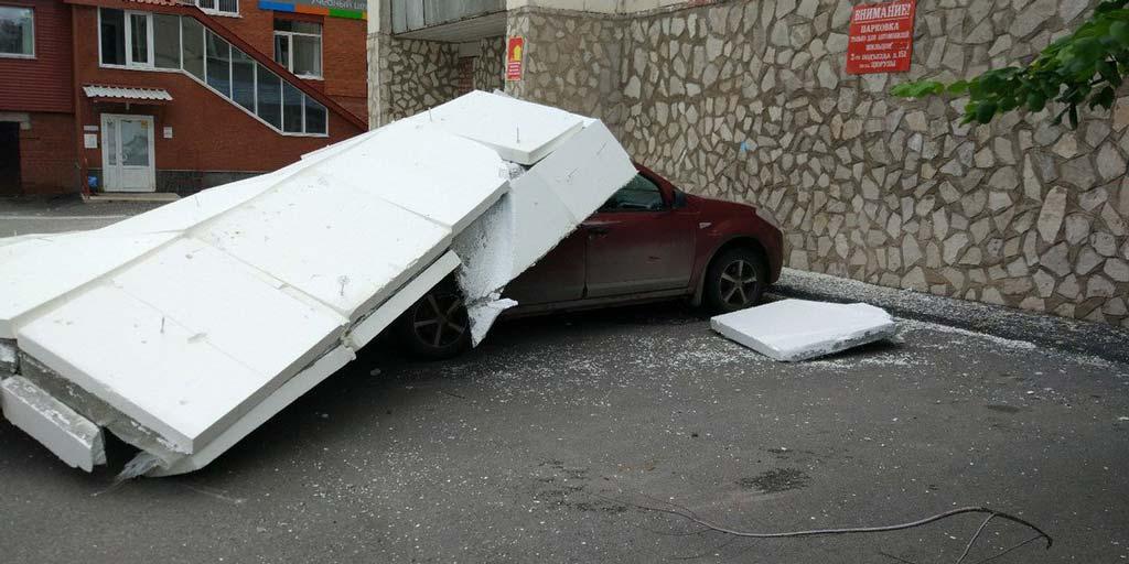 фото обрушенного на автомобиль фасада