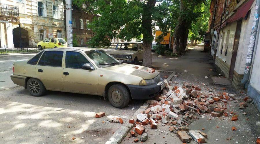 фото обвалившегося на авто фасада