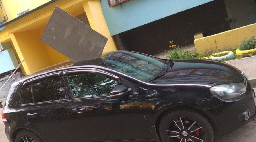 фото машины поврежденной упавшим шифером