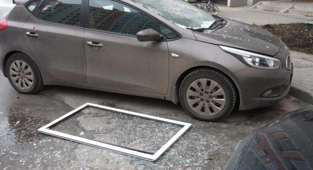 фото упавлего на машину окна
