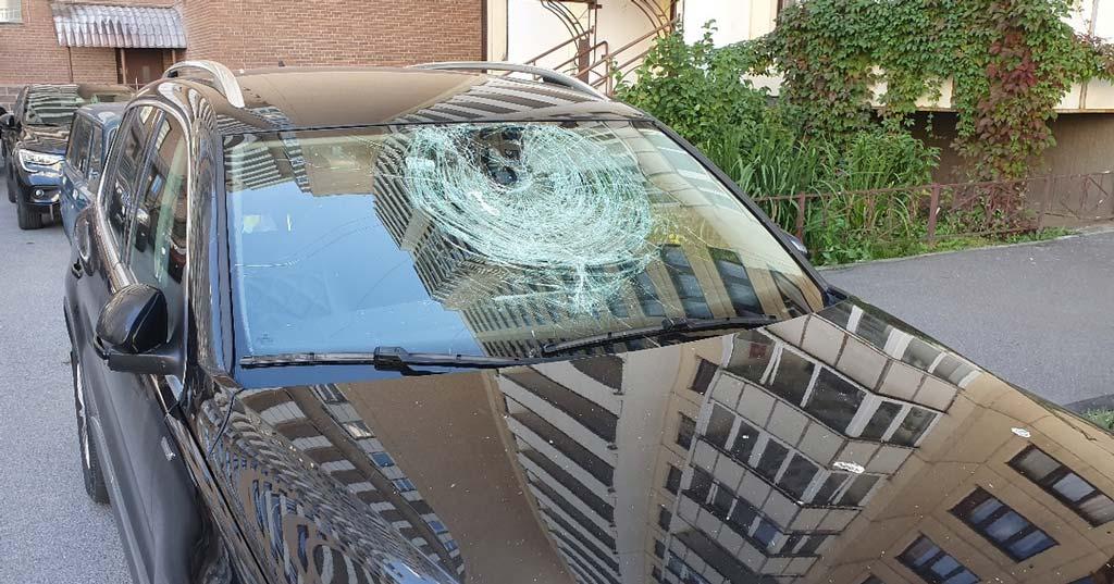 фото поврежденного окном автомобиля