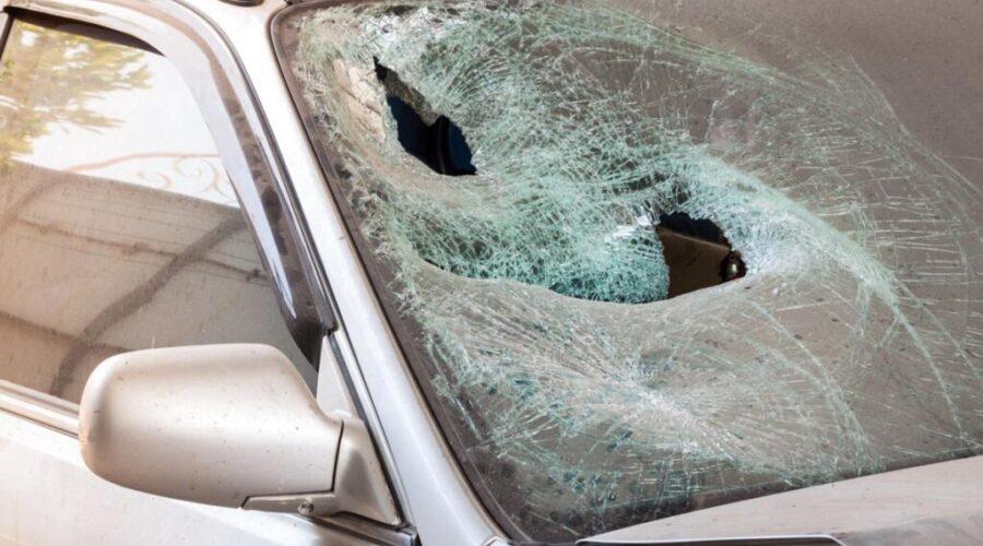 фото поврежденной падением стекла машины