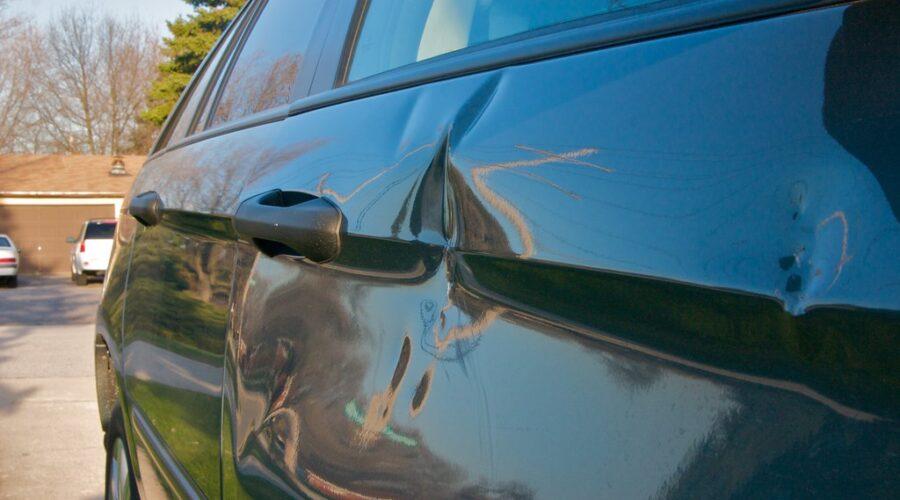 фото поврежденного дверью автомобиля