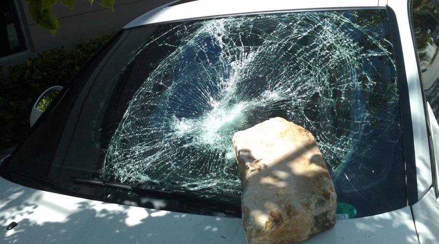 фото разбитого кирпичом лобового стекла