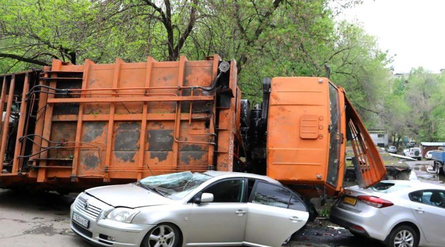 фото упавшего на машину мусоровоза