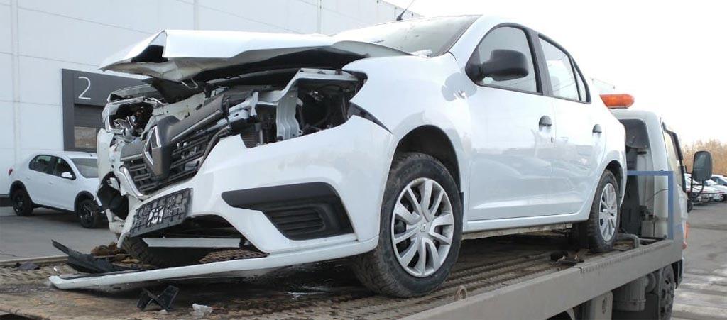 фото сильно поврежденного в ДТП автомобиля